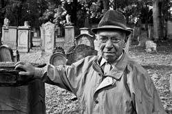 caretaker_mainz-cemetery.jpg